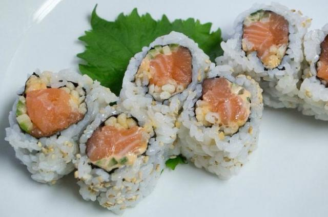 Spicy Salmon Maki (6)